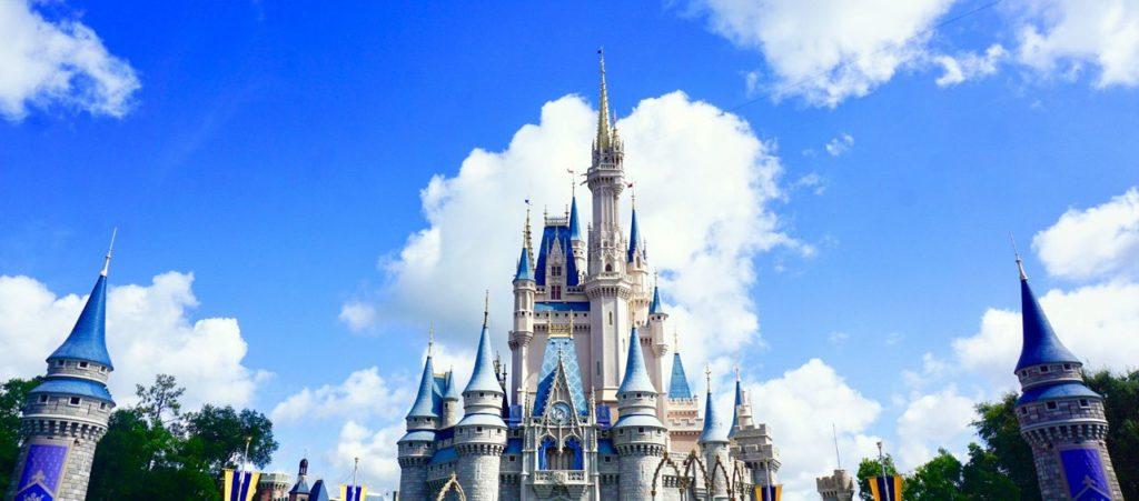 Blauer Himmel im Magic Kingdom Orlando