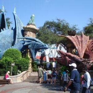 Das geniale Eingangsportal der Dueling Dragons Achterbahn, bevor der Harry-Potter-Zeit