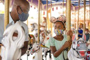 Maskenpflicht in Disney-Parks nur noch auf Attraktionen und im Innenbereich.