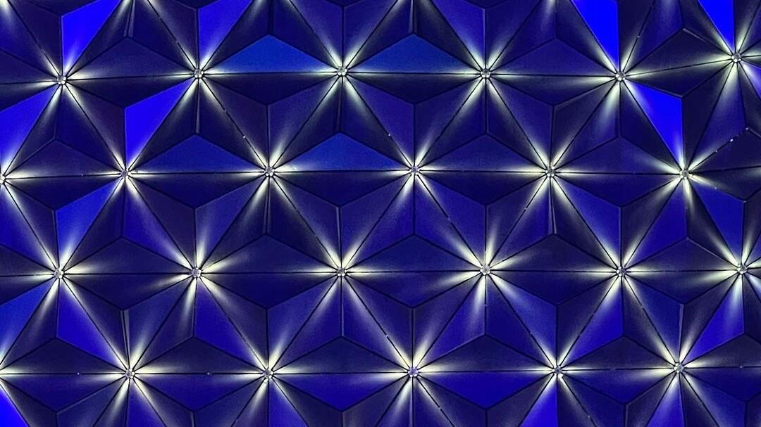 EPCOT zum 50. WDW-Jubiläum: Neues Lichtpaket am Spaceship Earth