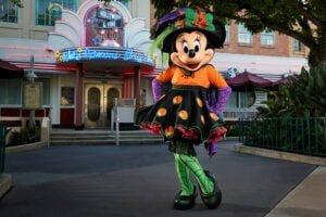 Minnie Mouse im Halloween-Kostüm